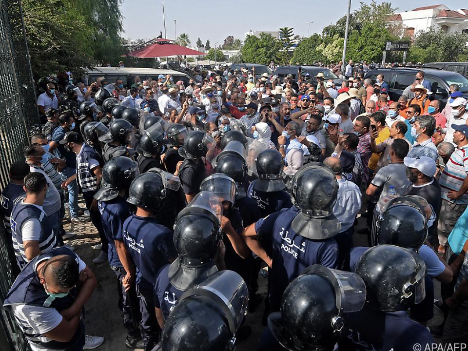 Aufgebrachte Demonstranten vor dem Parlament