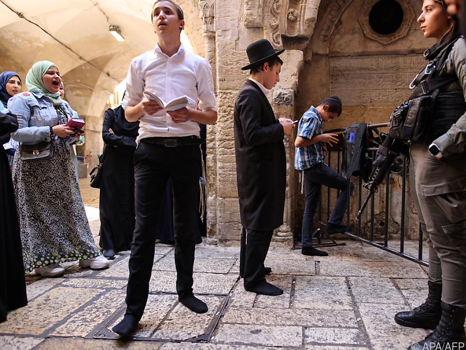Betende Juden, protestierende Palästinenserinnen