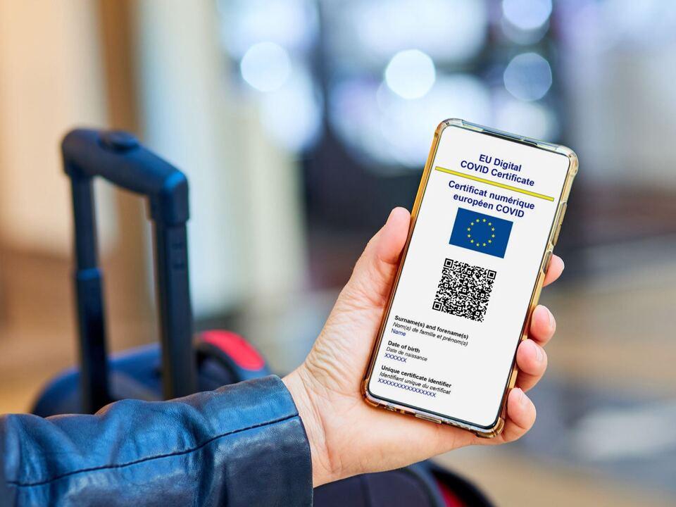 Ein gültiges europäisches Covid-Zertifikat wird auch in Südtirol ab 6. August für mehr Bereiche eine Zugangsvoraussetzung. (Foto:  green pass qr code symCorona_Pass_EU_2kleiner