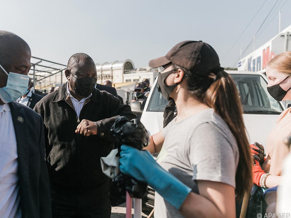 Cyril Ramaphosa im Gespräch mit Freiwilligen beim Aufräumen