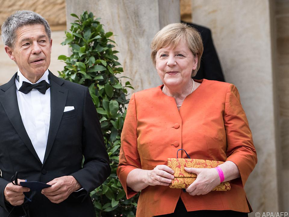Deutsche Kanzlerin Merkel mit ihrem Mann gut gelaunt in Bayreuth