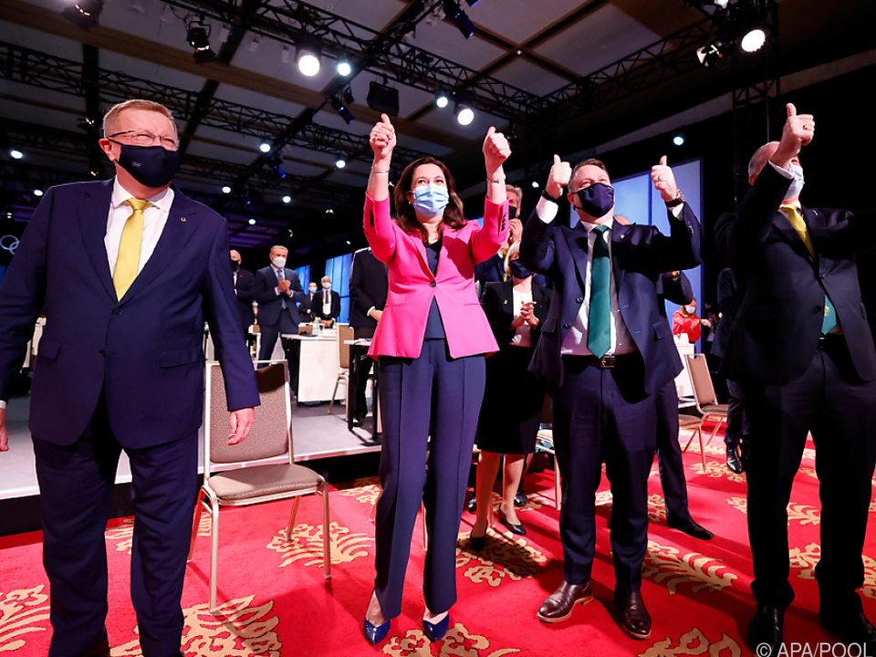 Die australische Delegation jubelt über die Vergabe der Olympischen Spiele 2032 an Brisbane