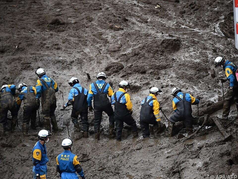 Die Einsatzkräfte arbeiten unter schwierigen Bedingungen