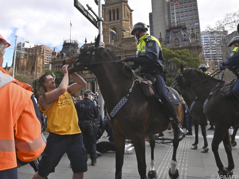 Die Polizei Schritt in Sydney auch zu Pferde ein