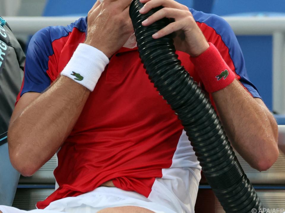 Djokovic kühlte sich bei schwülen Bedingungen