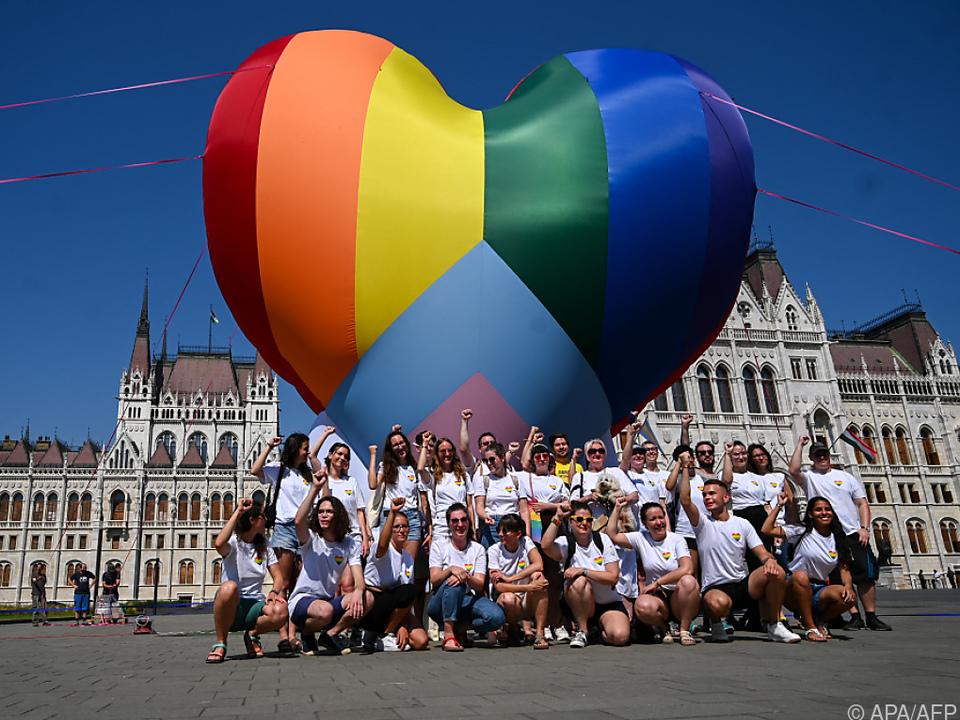 Ein Herz der Toleranz vor dem von Orbans Rechten dominierten Parlament