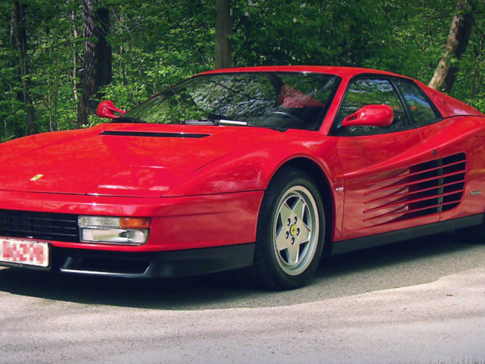 Ein klassisch roter Ferrari Testarossa aus den 1980er-Jahren