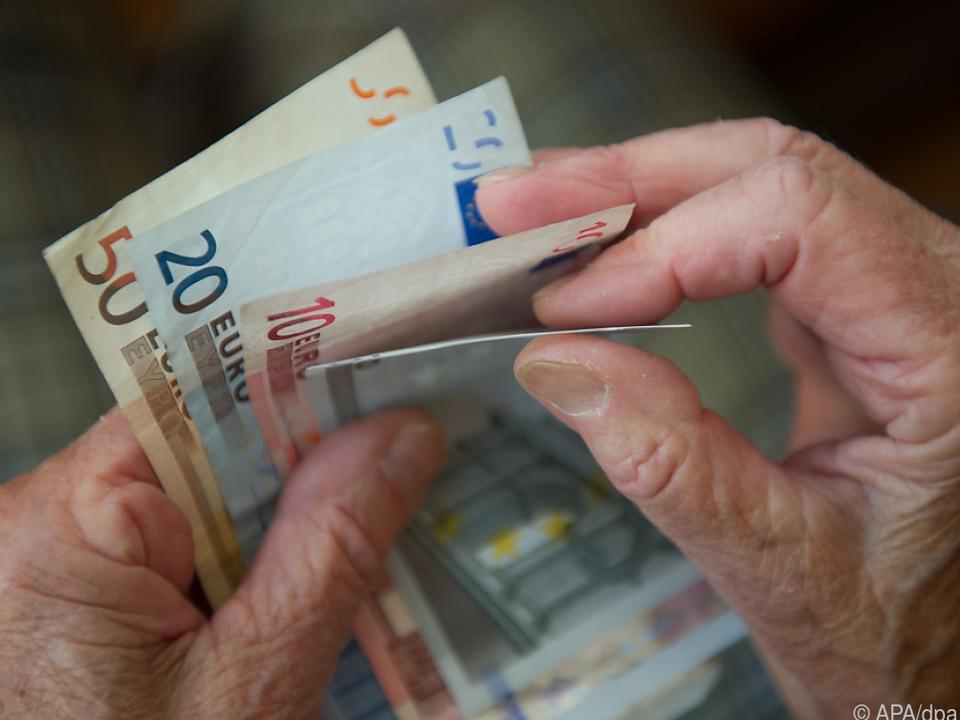Je älter ein Konsument, desto eher bezahlt er mit Cash