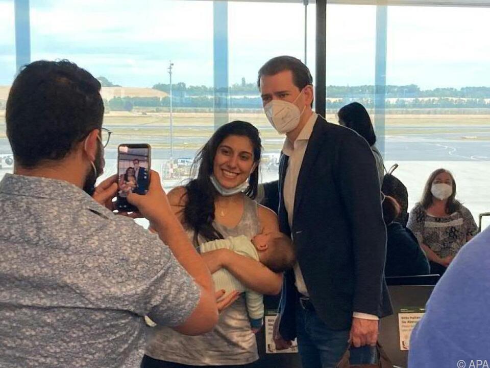 Kurz nahm sich am Flughafen Wien Zeit für Selfies