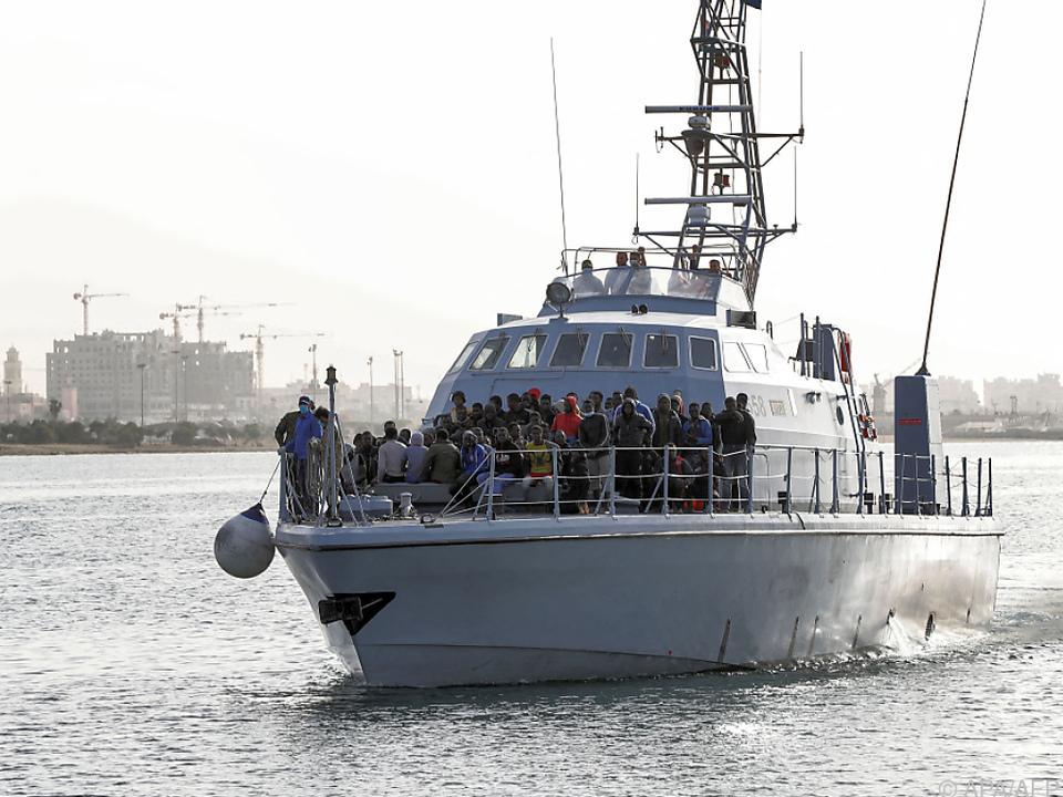 Libysche Küstenwache mit Flüchtlingen an Bord (Archivbild)