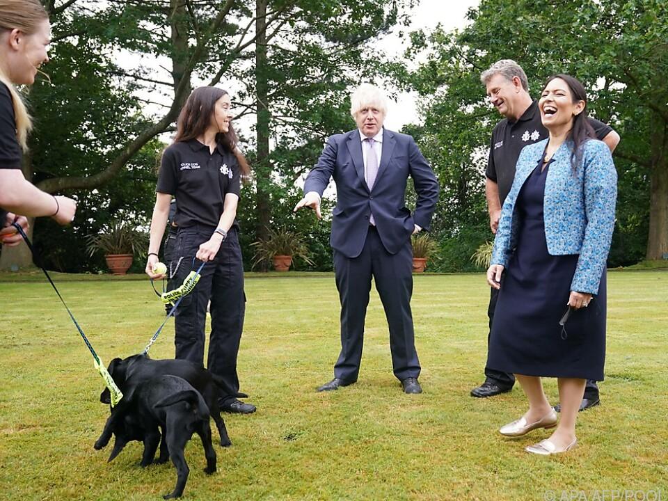 Premier Johnson bei einem Treffen mit Hundeführern