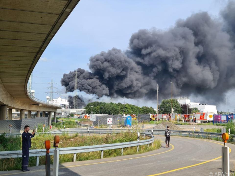 Rauchwolke über dem Chemiepark Leverkusen