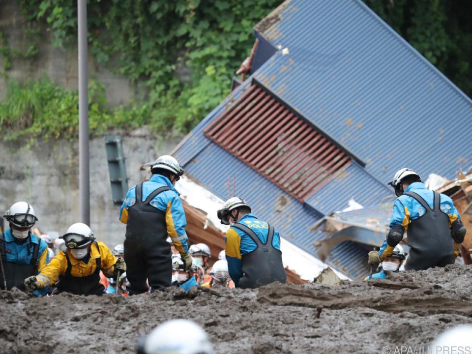 Rettungteams arbeiten sich durch Schlamm und Trümmer