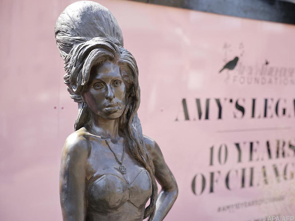Statue von Amy Winehouse in London