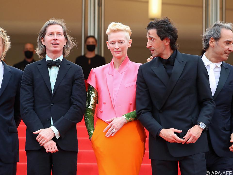 Swinton stach mit ihrem Outfit in Pink, Orange und Grün heraus