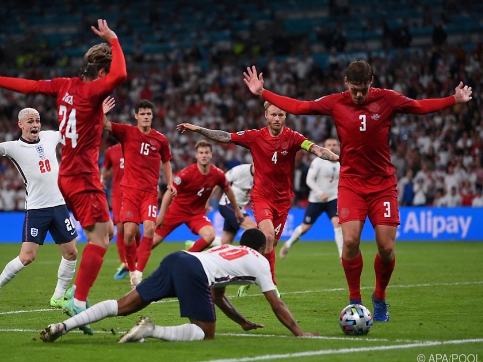 Szene des Spiels: Sterling fällt, England jubelt