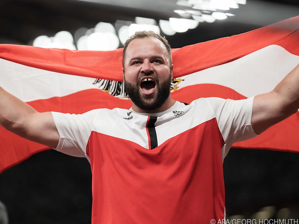 Weißhaidinger jubelt mit der österreichischen Fahne