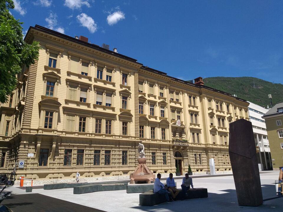 Magnago-Platz zwischen Palais Widmann, Landtagsgebäude und Landhaus II Landesregierung Autonomie