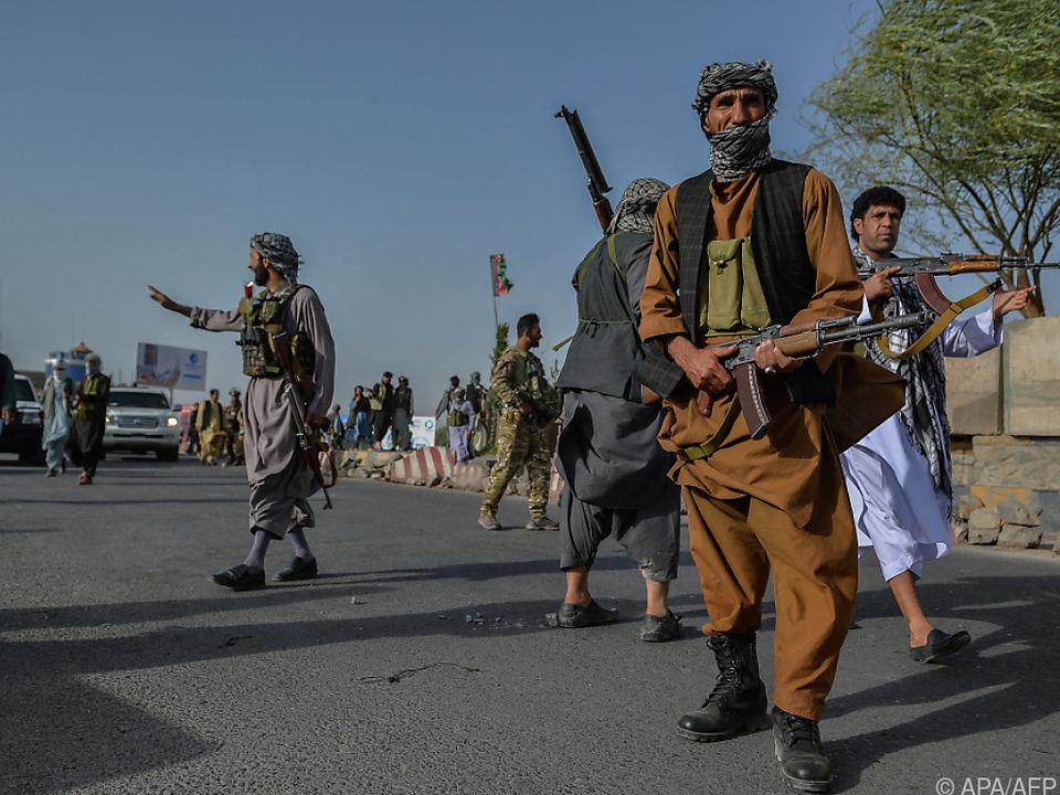 Afghanische Milizen versuchen Taliban aufzuhalten