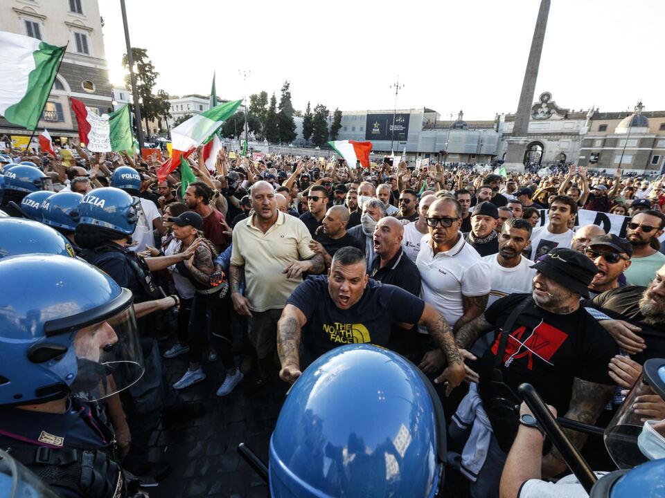 Scontri tra forze dell'ordine e dimostranti durante la manifestazione contro il green pass in piazza del Popolo, Roma 28 agosto 2021. athesiadruck2_20210829195617317_81cb462bd9a7f166cc9b553962543ff7