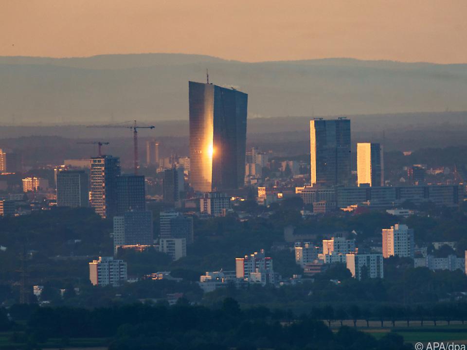 Aufgehende Sonne reflektiert sich an EZB-Zentrale in Frankfurt