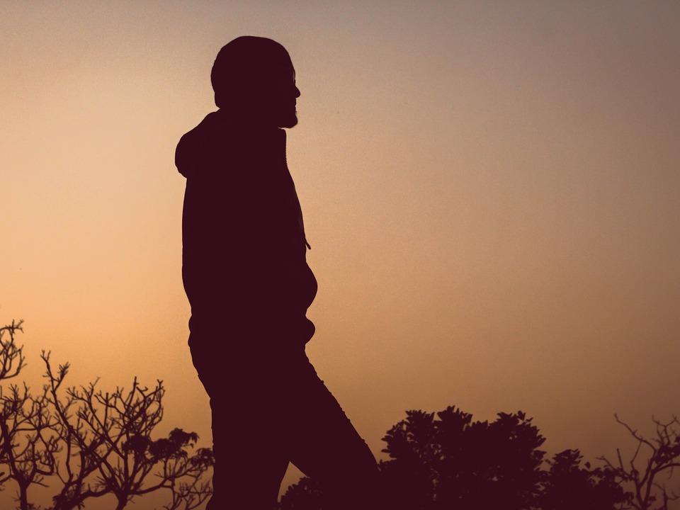 Junge Mann allein (obdachlos)