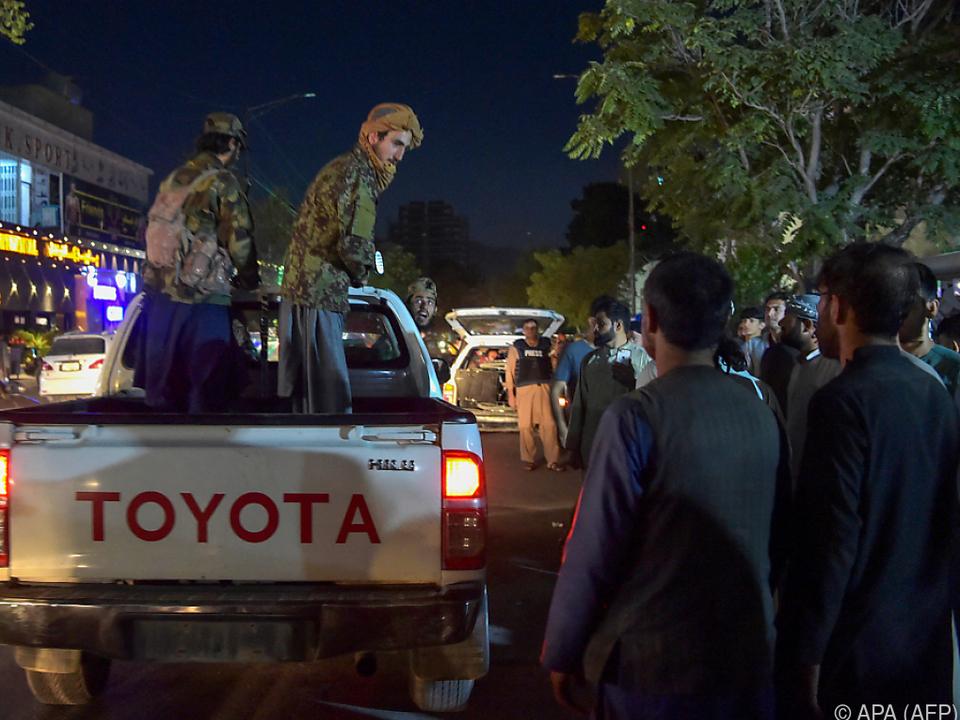 Chaos vor einem Krankenhaus in Kabul