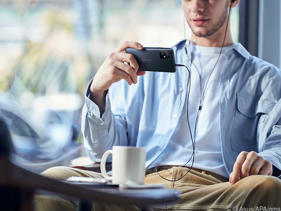 Klein ist das Asus Zenfone 8 nur im Vergleich mit den großen Mitbewerbermodellen