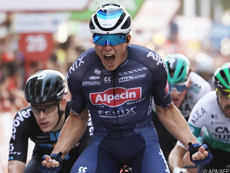 Der Belgier Jasper Philipsen bejubelt seinen zweiten Tagessieg