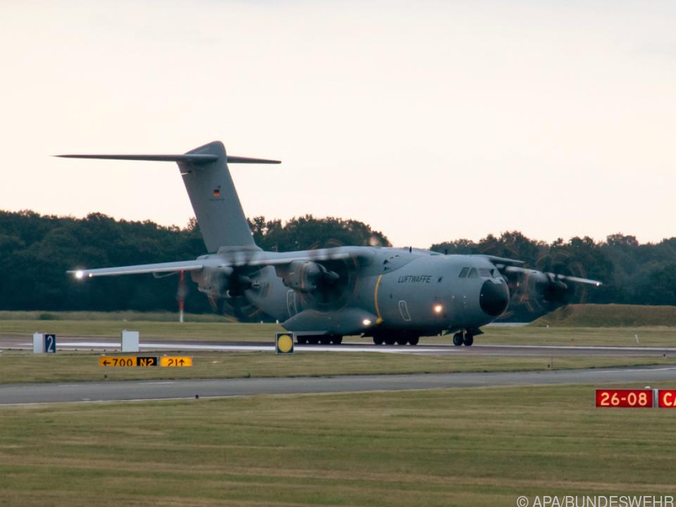 Die deutsche Bundeswehr flog am Montag erste deutsche Bürger aus