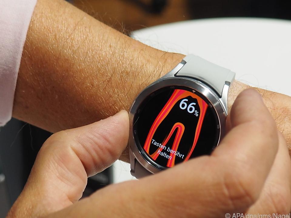Mit aufgelegtem Ring- und Mittelfinger misst die Galaxy Watch 4 Körperdaten