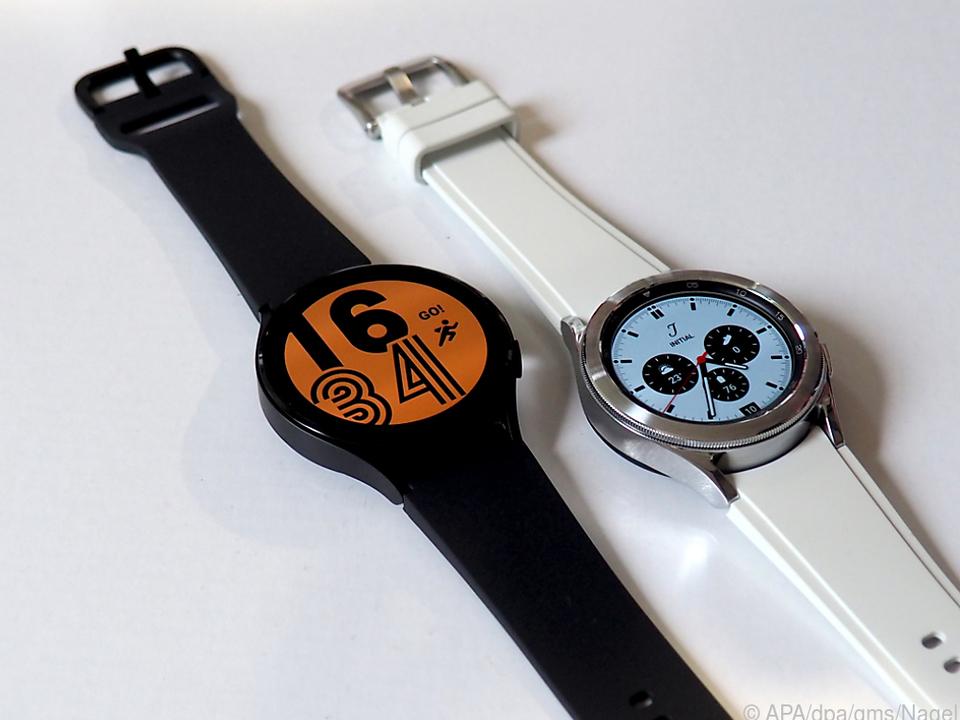 Die Galaxy Watch 4 (links) und die Galaxy Watch 4 Classic (rechts)