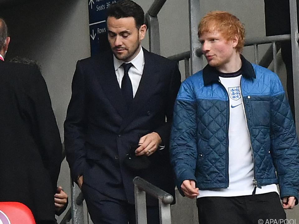 Ed Sheeran (r.) ist ein großer Fußball-Fan
