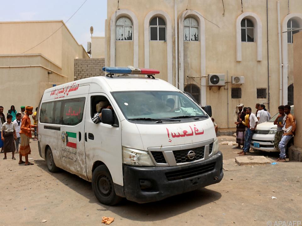 Ein Rettungsauto transportiert Verletzte ab