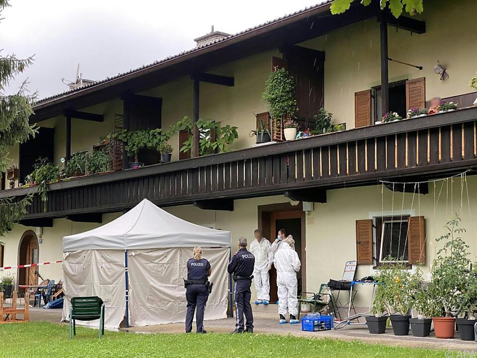 Ermittler am mutmaßlichen Tatort im Bezirk Kufstein