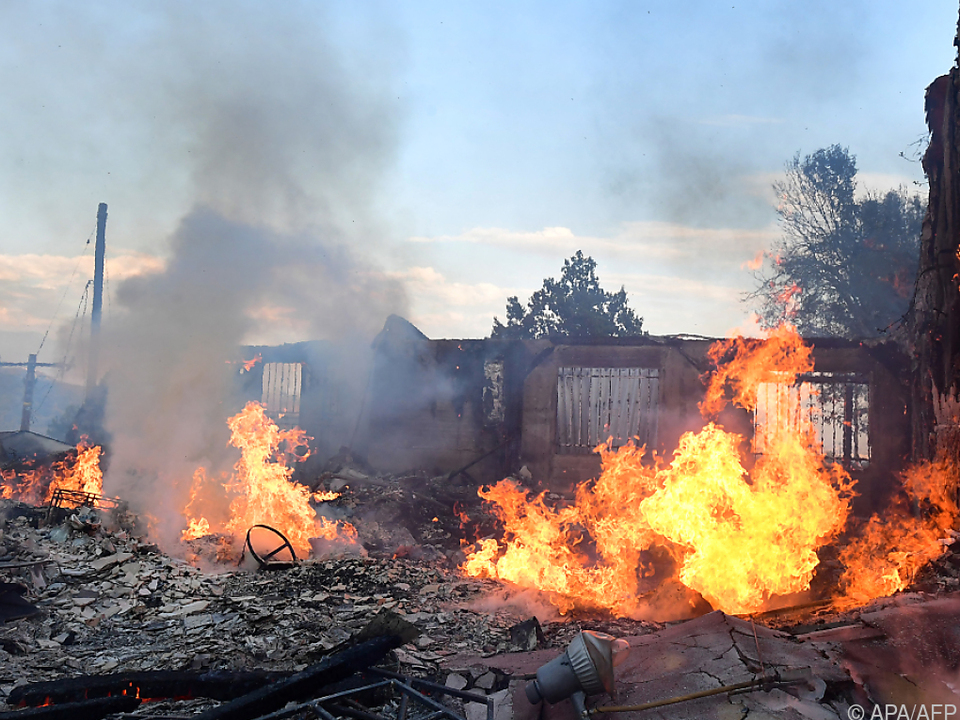 Flammen bedrohen etwa 600 Gebäude