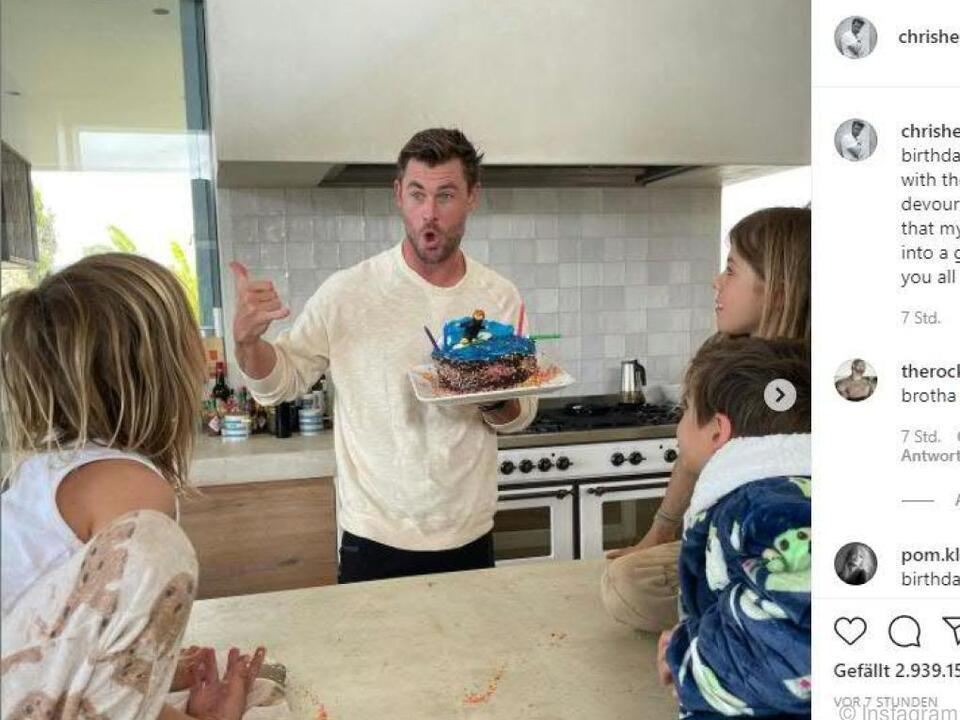 Freude über Torte seiner drei Kinder bei Chris Hemsworth