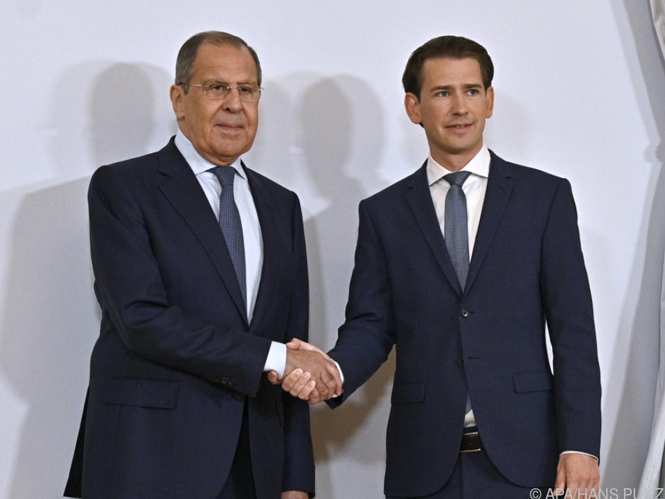 Gut gelaunter russischer Außenminister Lawrow mit Kanzler Kurz