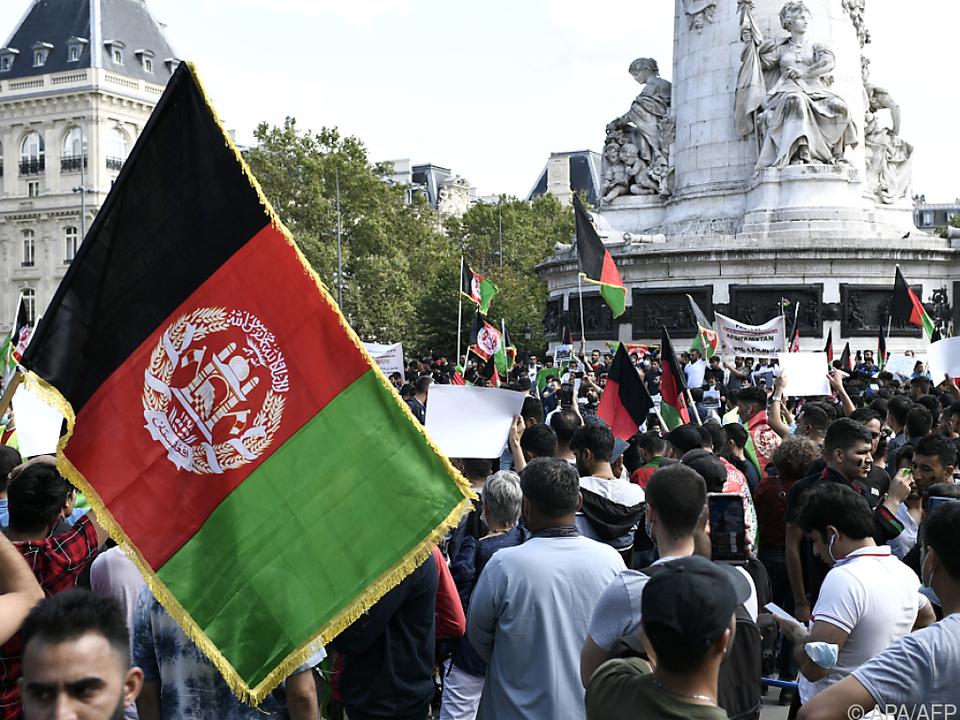 In Paris wird die afghanische Flagge für Evakuierungen geschwungen