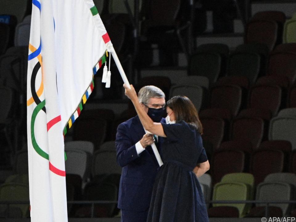 IOC-Präsident Bach übergibt Flagge an Paris-Bürgermeisterin Hidalgo