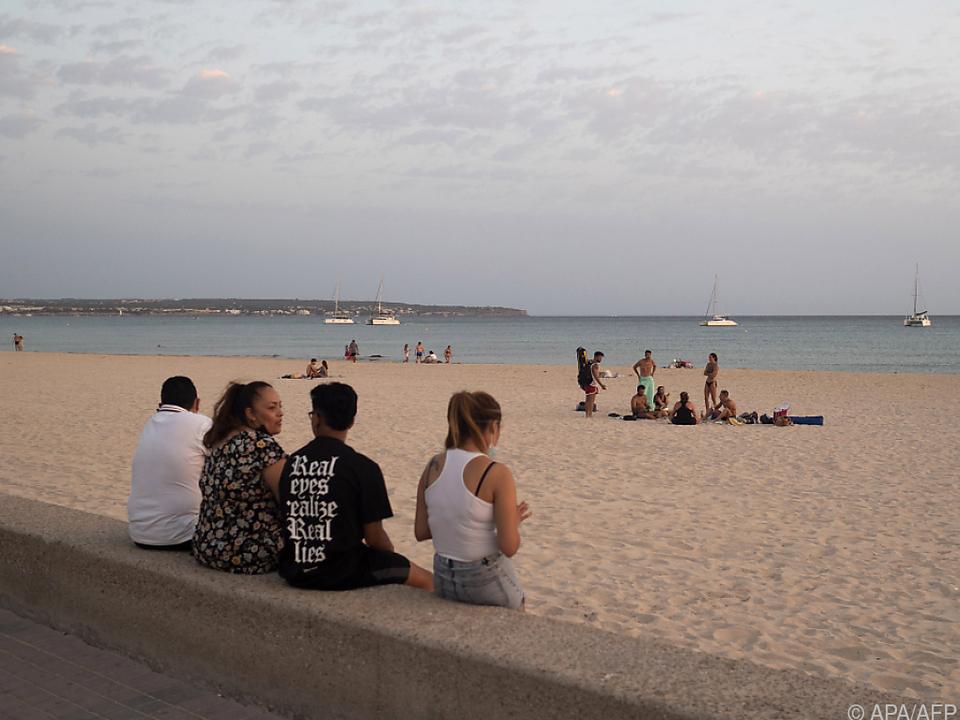 Jugendliche am Strand von Palma de Mallorca