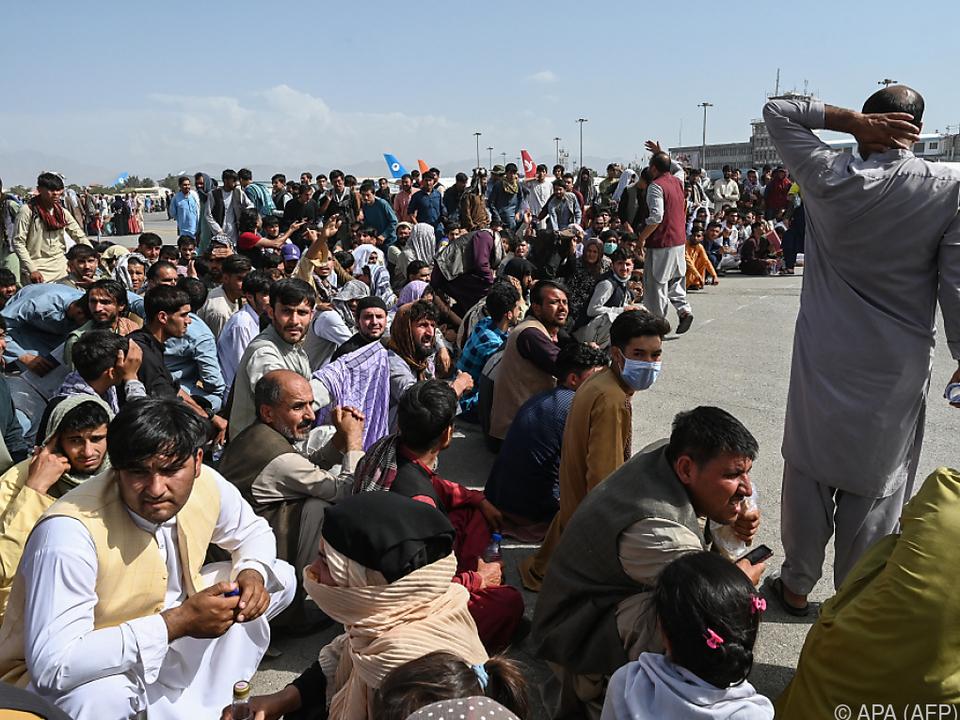 Menschen in Kabul warten auf Rettungsflüge