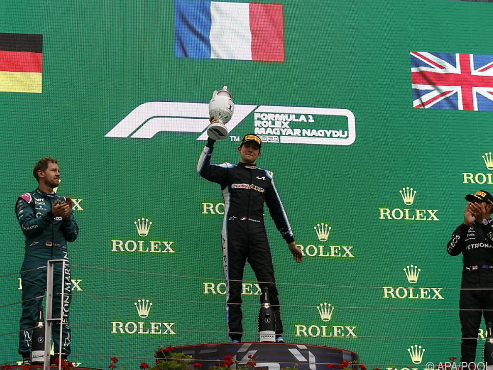 Ocon stemmt erstmals in seiner F1-Karriere einen Siegerpokal