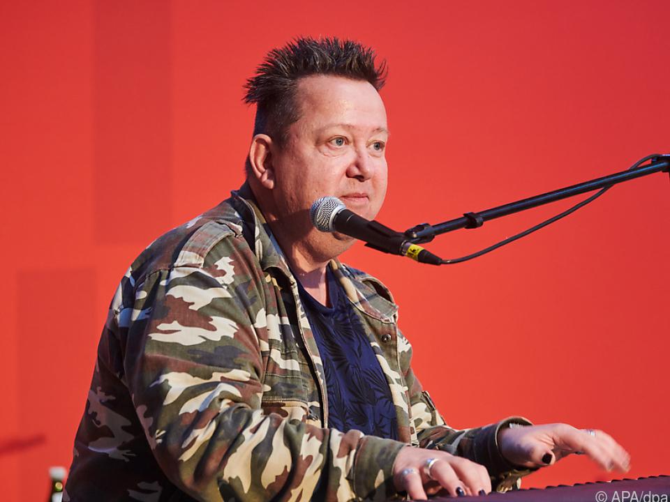 Sebastian Krumbiegel singt am Rande einer Podiumsdiskussion in Berlin