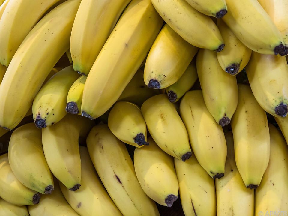 Supermarkt-Mitarbeiterin von Tier gebissen banane obst einkaufen sy