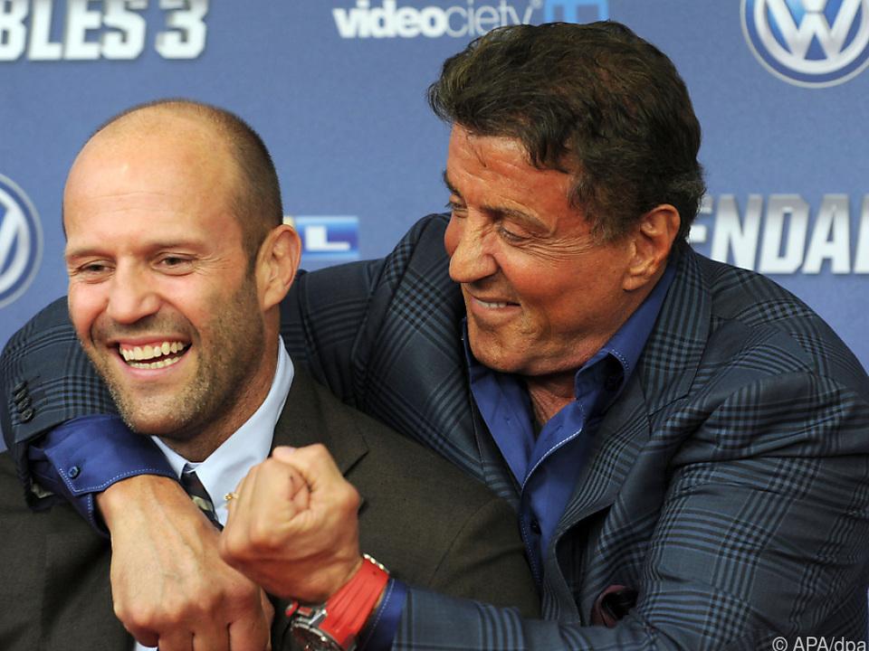 Sylvester Stallone (r) und Jason Statham scherzen bei \