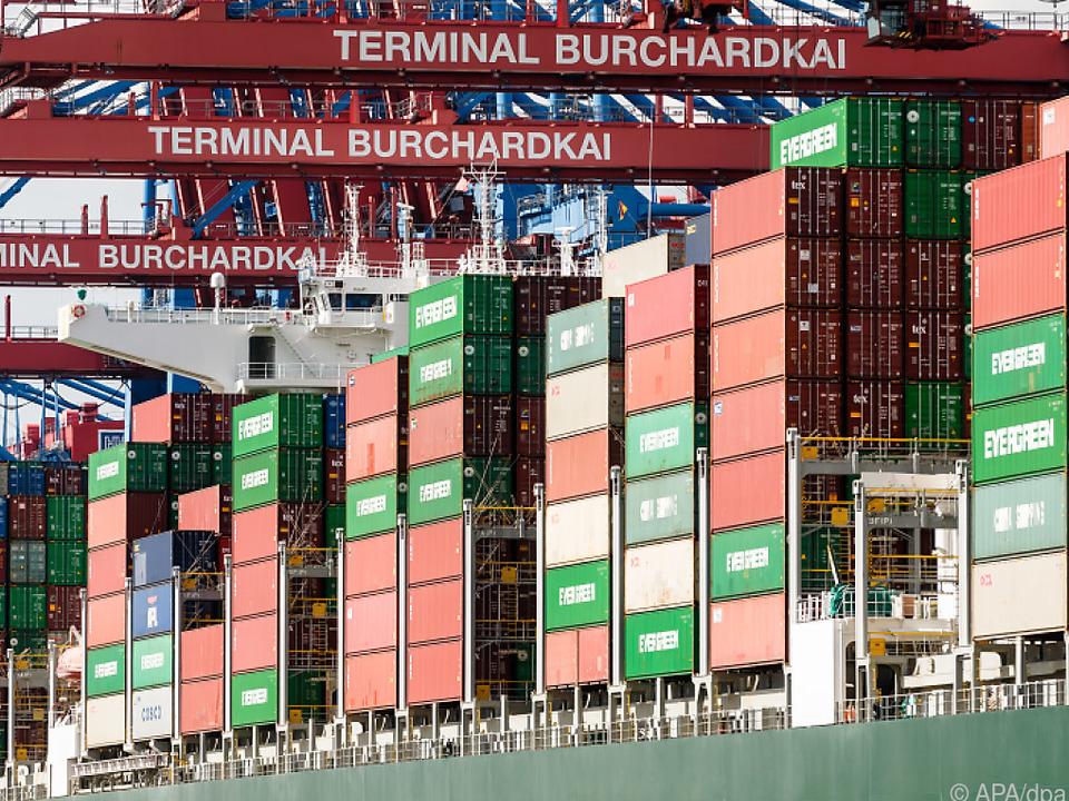 Voller Frachter im Container-Terminal des Hamburger Hafens