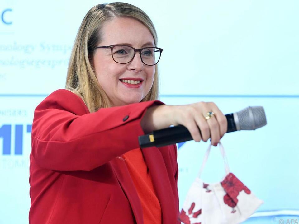 Wirtschaftsministerin Margarete Schramböck in Alpbach