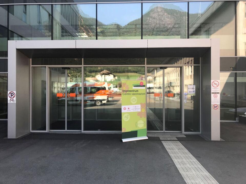Eingang Neue Klinik - Impfzentrum [JPG 1819 KB]