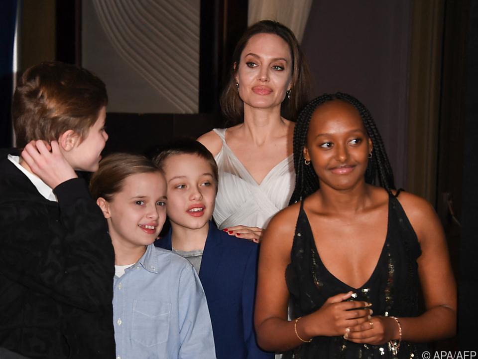 Angelina Jolie mit vier ihrer sechs Kinder